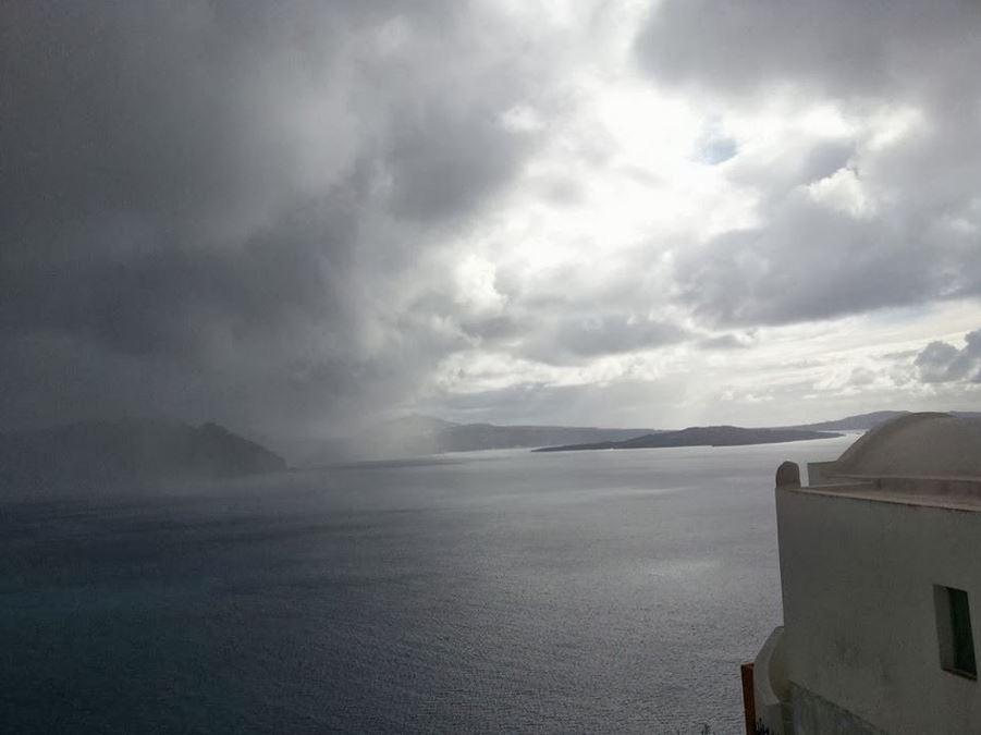 Chuva vindo em Santorini