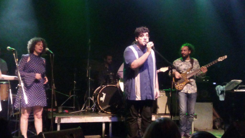 Jef Maaravi cantando em Atenas