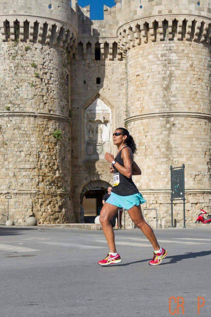 Ana Maria reis correndo pela cidade Medieval da ilha de Rhodes