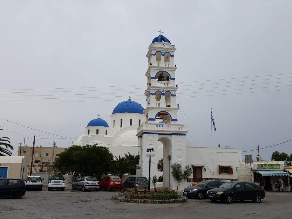 Igreja de Perissa, cujo sino toca todos os dias as 7h da manha